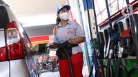 Petugas melakukan pengisian bahan bakar miyak ke kendaran konsumen di SPBU, Jakarta, Kamis (18/6/2020). PT Pertamina (Persero) berencana melakukan simplifikasi produk BBM yang tidak ramah lingkungan yang mempunyai kadar Research Octane Number (RON) di bawah 91. (Liputan6.com/Angga Yuniar)