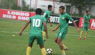 Skuat Semen Padang mematangkan taktik jelang melawan PS Mojokerto Putra. (Bola.com/Arya Sikumbang)