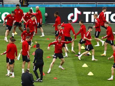 Pemain Wales Gareth Bale (tengah) bersama rekan setimnya berlatih di Johan Cruyff Arena, Amsterdam, Belanda, Jumat (25/6/2021). Wales akan melawan Denmark pada pertandingan babak 16 besar Euro 2020. (Koen van Wael/Pool via AP)