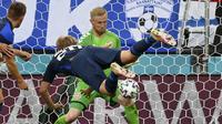 Kasper Schmeichel. Kiper Timnas Denmark berusia 34 tahun ini tampil saat kalah 0-1 dari Finlandia, 12 Juni 2021. Pada Euro 2012 ia tidak bermain karena hanya jadi cadangan Stephan Andersen. Di Euro 2016, Denmark tidak lolos ke putaran final. (Foto: AP/Pool/Stuart Franklin)