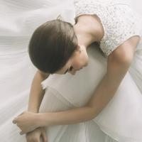 Gaun pernikahan makin manis dengan detail mutiara yang bertaburan.