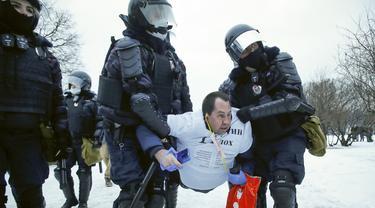 Polisi menahan seorang pria selama protes menuntut pembebasan pemimpin oposisi Alexei Navalny di St. Petersburg, Rusia, Sabtu (23/1/2021). Polisi Rusia bentrok dengan pengunjuk rasa di Moskow dan menangkap setidaknya 2.131 demonstran. (AP Photo/Dmitri Lovetsky)