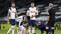 Striker Tottenham Hotspur, Harry Kane, tengah menjalani perawatan karena cedera engkel ketika menghadapi Liverpool pada pekan ke-20 Premier League, Jumat (29/1/2021) dini hari WIB. Harry Kane tak bisa menyelesaikan pertandingan dan Spurs kalah 1-3 dari Liverpool. (Shaun Botterill/Pool via AP)