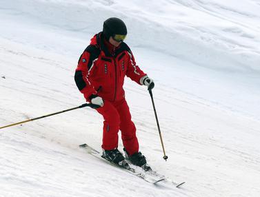 Aksi Vladimir Putin Saat Bermain Ski