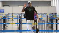 Mantan pemain Chicago Bulls, Dennis Rodman saat tiba di Bandara Internasional Ibu Kota Beijing di Beijing, (13/6). Korea Utara mengharapkan kunjungan lagi oleh Rodman pada hari Selasa. (AP Photo/Mark Schiefelbein)