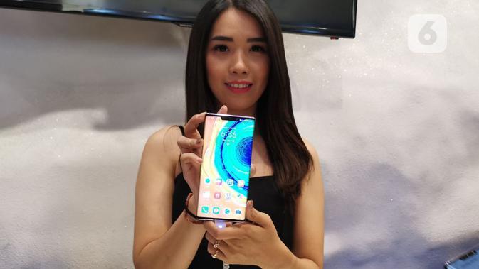 Model pegang Huawei Mate 30 Pro. (Liputan6.com/ Andina Librianty)