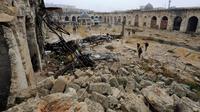 Pemandangan puing-puing kerusakan bangunan di kompleks Masjid Umayyad di Aleppo, Suriah, 13 Desember 2016. Masjid yang dianggap sebagai tempat suci ke empat dalam Islam ini mulai digempur dalam konflik pada 2014. (REUTERS/Omar Sanadiki)