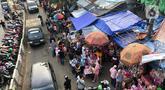 Suasana kawasan Pasar Gembrong yang dipadati warga di Jatinegara, Jakarta Timur, Minggu (31/5/2020). Meski penerapan Pembatasan Sosial Berskala Besar (PSBB) Jakarta masih berlaku, namun pasar yang khusus menjual pernak-pernik mainan anak ini kembali dipadati warga. (Liputan6.com/Immanuel Antonius)