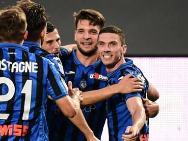 Pemain Atalanta merayakan gol yang dicetak Robin Gosens ke gawang Napoli laga lanjutan Serie A pekan ke-29 di Gewiss Stadium, Jumat (3/7/2020) dini hari WIB. Atalanta menang 2-0 atas Napoli. (AFP/Miguel Medina)