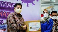 Menteri Koordinator Bidang Perekonomian Airlangga Hartarto membagikan bingkisan buah kepada para tenaga kesehatan di beberapa Rumah Sakit, pasien Covid-19 yang sedang menjalani isoman, dan peserta vaksin.