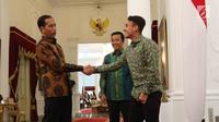 Presiden Joko Widodo (Jokowi) berjabat tangan dengan pemain timnas U-19 Egy Maulana Vikri di Istana Merdeka, Jakarta, Jumat (23/3). Pertemuan antara Presiden Jokowi dan Egi Maulana berlangsung di luar agenda resmi Kepresidenan. (Liputan6.com/Angga Yuniar)