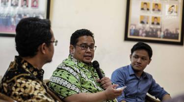 Anggota Badan Pengawas Pemilu (Bawaslu) Rahmat Bagja (tengah) saat menjadi narasumber diskusi di Media Center KPU RI, Jakarta, Rabu (6/3). Diskusi bertemakan 'tantangan mewujudkan pemilu damai'. (Liputan6.com/Faizal Fanani)