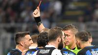 Gelandang Inter Milan, Matias Vecino, mendapat kartu merah saat melawan Juventus pada laga Serie A di Stadion Giuseppe Meazza, Sabtu (28/4/2018). Inter Milan takluk 2-3 dari Juventus. (AP/Daniel Dal Zennaro)