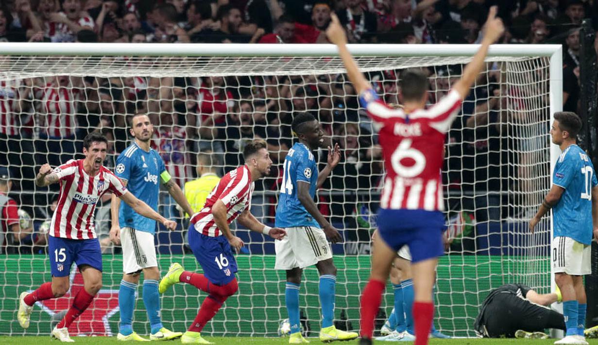 Para pemain Atletico Madrid merayakan gol yang dicetak oleh Hector Herrera ke gawang Juventus pada laga Liga Champions di Stadion Wanda Metropolitano, Rabu (18/9/2019). Kedua tim bermain imbang 2-2. (AP/Bernat Armangue)