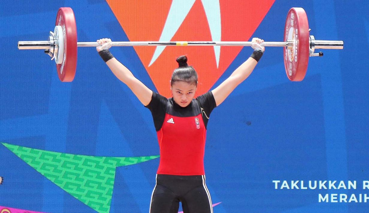 Lifter putri Jawa Barat, Windy Cantika Aisah, saat beraksi pada nomor 49 kg di PON XX Papua di Auditorium Universitas Cendrawasih Jayapura, Rabu (6/10/2021). Cindy meraih medali emas dengan total angkatan 192kg. (Foto: PB PON XX PAPUA/Dadang Tri)