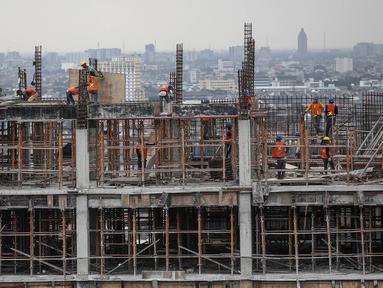 Pekerja menyelesaikan pembangunan di Kompleks Wisma Atlet Kemayoran, Jakarta, Kamis (29/12). Rusun ini dibangun di atas lahan seluas 10 hektare. Pembangunannya diperkirakan akan rampung pada September 2017. (Liputan6.com/Faizal Fanani)