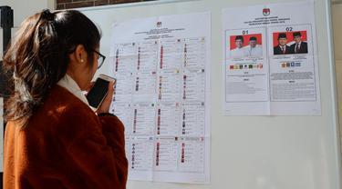 Warga negara Indonesia menggunakan hak suaranya di Paris, Prancis pada Sabtu 13 April 2019 (Yus Mei Sawitri / Bola.com)