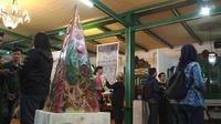 Tugu Plastik dalam sebuah pameran jelajah seni nusantara edisi Cirebon di Keraton Kacirebonan. Foto (Liputan6.com / Panji Prayitno)