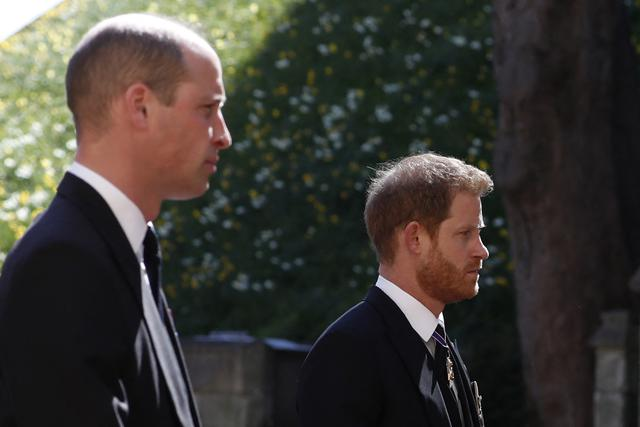 Pangeran William, Duke of Cambridge (kiri) dan Pangeran Harry, Duke of Sussex saat hadir di prosesi pemakaman Pangeran Philip, Duke of Edinburgh di Kapel St George di Kastil Windsor di Windsor, London, pada 17 April 2021. (ALASTAIR GRANT / AFP / POOL).