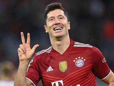 Penghargaan Golden Shoes diberikan kepada pesepak bola Eropa yang mampu mencetak gol terbanyak dalam satu musim di semua ajang kompetisi yang diikuti. Awal musim 2021/2022 ini telah muncul 5 nama calon peraih Golden Shoes dengan catatan gol terbanyak. (AFP/Christof Stache)