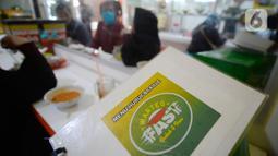 Pengunjung tuna netra berada di Warteg FAST, Graha Raya Bintaro, Tangerang Selatan, Banten, Kamis (3/12/2020). Warteg FIST setiap hari membagikan makan gratis bagi penyandang Disabilitas, Tuna Netra serta Ibu Hamil yang datang kewarung. (merdeka.com/Dwi Narwoko)