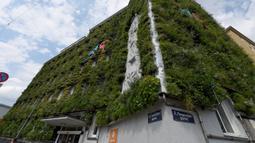 Fasad gedung kantor pusat MA 48 yang rimbun menghijau di Wina, Austria, 22 Juli 2020. Fasad kantor ini dilapisi tanaman hijau, yang memiliki efek membentuk iklim mikro, melindungi rangka bangunan dari hujan dan tumpukan kotoran, melindungi dari kebisingan, dan menyejukkan. (Xinhua/Guo Chen)