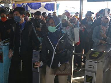 Calon penumpang KRL Commuter Line memasuki gerbang tiket elektronik di Stasiun Bekasi, Selasa (5/5/2020). Pihak Stasiun Bekasi menerapkan jaga jarak antar penumpang, membatasi jumlah penumpang hingga 50% dan membatasi jam operasional dari pukul 06.00 hingga 18.00. (Liputan6.com/Herman Zakharia)