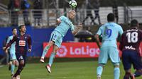 Pemain FC Barcelona, Ivan Rakitic menghalau bola dari kejaran pemain SD Eibar, Takashi Inui pada lanjutan La Liga Santander di Ipurua stadium,  Eibar, (17/2/2018). Barcelona menang 2-0.(AP/Alvaro Barrientos)