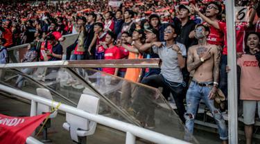 Penampakan pagar pembatas tribun penonton yang rusak saat pertandingan Shoppe Liga 1 antara Persija dengan Persib di SUGBK, Jakarta,  Rabu (10/7/2019). Suporter sepak bola merusak sejumlah pagar pembatas usai berakhirnya laga Persija kontra Persib. (Liputan6.com/Faizal Fanani)