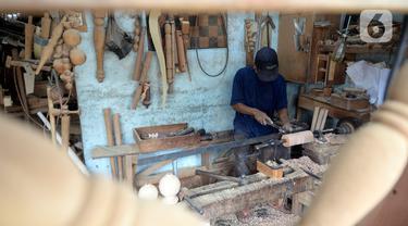Pekerja sedang membubut kayu untuk kaki kursi/sofa pesanan pelanggan di Kedaung, Tangerang Selatan, Banten, Jumat (6/11/2020). Pemesanan kursi/sofa kini perlahan-lahan mulai normal dibandingkan pada awal pandemi COVID-19. (merdeka.com/Dwi Narwoko)