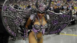Seorang penari dari sekolah samba Imperio de Casa Verde tampil selama parade karnaval di Sao Paulo, Brasil, (2/3). (AP Photo/Andre Penner)