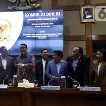 Ketua Komisi XI DPR RI Dito Ganinduto (keempat kiri) bersama Anggota Komisi XI foto bersama di Ruangan Komisi XI, Kompleks Parlemen, Senayan, Jakarta, Selasa (21/1/2019). Komisi XI sepakati membentuk Panja pengawasan kinerja industri jasa keuangan. (Liputan6.com/Johan Tallo)