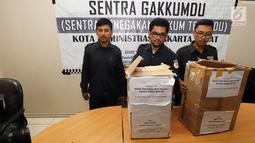 Petugas Bawaslu Jakarta Pusat menunjukkan kardus berisi form C1 Pemilu yang diamankan di Gedung Bawaslu Jakarta Pusat, Senin (6/5/2019). Pihak Bawaslu mengatakan masih akan melakukan investigasi dan pemeriksaan terhadap temuan form C1 dari sejumlah daerah itu. (Liputan6.com/Helmi Fithriansyah)