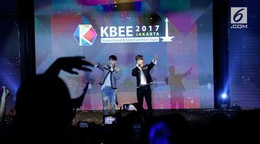 Saat menyapa penggemar, Donghae dan Eunhyuk Super Junior tak hanya menggunakan bahasa Korea saja.