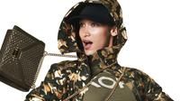 Bella Hadid hadir penuh semangat dalam kampanye fashion terbaru.