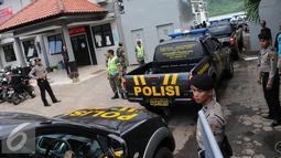 Tujuh belas kendaraan taktis Polri mengantre menuju Pulau Nusakambangan, Cilacap, Jateng, Rabu (27/7). Kendaraan tersebut akan digunakan untuk operasional dalam persiapan eksekusi terpidana mati. (Liputan6.com/Helmi Afandi)