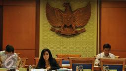 """Ketua Pansus Peindo Rieke Dyah Pitaloka saat memimpin rapat di Jakarta, Kamis (29/10/2015). Khususnya Jaksa Agung Muda Perdata Tata Usaha Negara (Jamdatun) yang mengeluarkan """"fatwa"""" Ihwal perpanjangan Kontrak JITC ke HPH. (Liputan6.com/Johan Tallo)"""
