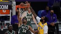 Andre Drummond (nomor 2) melakoni debut di Lakers pada ajang NBA (AP)