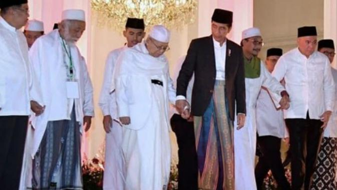 Jokowi genggam tangan KH Ma'ruf Amin. (Instagram/Jokowi)