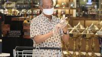 Perdana Menteri Malaysia Muhyiddin Yassin sedang berbelanja di supermarket sambil memantau pasokan barang-barang (Dok.Facebook/Muhyiddin Yassin)
