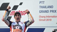 Pembalap Repsol Honda, Marc Marquez menilai gelar ini lebih bermakna karena dirinya mampu tampil konsisten sepanjang musim dan bekerja sebagai sebuah tim. (AFP/Lillian SUWANRUMPHA)
