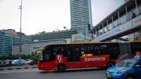 Bus TransJakarta saat melintas di kawasan Bundaran HI, Jakarta, Senin (9/3/2015). PT Transjakarta menghentikan operasional 30 bus merek Zhongtong pasca insiden terbakarnya bus buatan Tiongkok itu pada Minggu (8/3) kemarin. (Liputan6.com/Faizal Fanani)