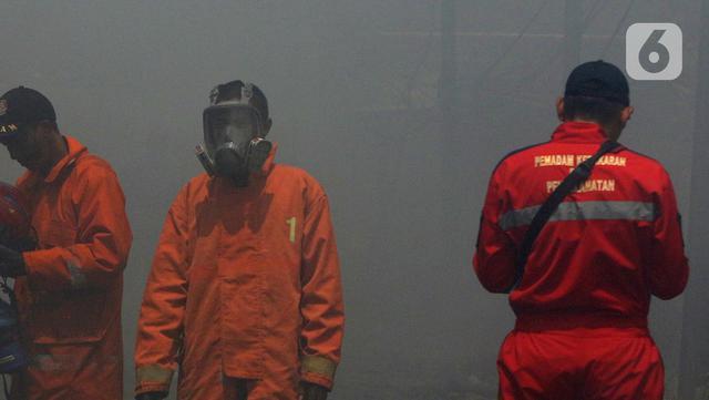 Petugas pemadam kebakaran seusai memadamkan api di lapak ban bekas, Desa Bojong Nangka, Gunung Putri, Bogor, Kamis (22/4/2021). Kebakaran lapak ban bekas yang terjadi Senin (19/4) petang tersebut hingga saat ini belum bisa dipadamkan. (Liputan6.com/Herman Zakharia)