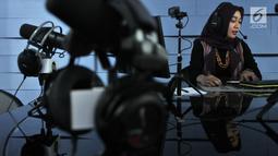 Presenter menyiarkan program di salah satu studio Radio Republik Indonesia (RRI), Jakarta, Rabu (11/9/2019). Kiprah radio nasional seperti RRI terus berkembang seiring kemajuan teknologi dan dengan mudah dapat diakses oleh masyarakat. (merdeka.com/Iqbal Nugroho)