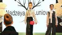 Para model cilik memeragakan kreasi busana anak dalam ajang Spring Fashion Day 2020 di Minsk, Belarus, Minggu (15/3/2020). Acara ini dimaksudkan untuk mempromosikan desainer, merek, seni, dan kerajinan Belarusia. (Xinhua/Henadz Zhinkov)