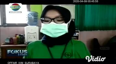 Polisi dan TNI memberikan bantuan kepada tim medis di RSUD Dolopo, Madiun. Bantuan yang diberikan berupa alat pelindung diri (APD), yakni masker dan baju hazmat, vitamin, serta makanan-minuman sehat.