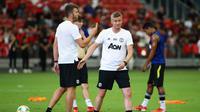 Ole Gunnar Solskjaer dan Michael Carrick memberikan instruksi dalam sesi latihan Manchester United di Stadion Nasional Singapura. (International Champions Cup/Suhaimi Abdullah)
