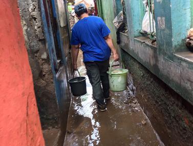 Banjir Mulai Surut, Warga Rawajati Bersihkan Rumah dari Sisa Lumpur