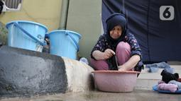Seorang imigran pencari suaka mencuci pakaian di penampungan sementara di Kalideres, Jakarta, Rabu (18/12/2019). Para imigran menjalani hidup seadanya di penampungan sementara sejak diungsikan oleh Pemprov DKI Jakarta pada Juli 2019. (merdeka.com/Iqbal Nugroho)