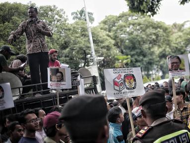 Sejumlah massa menggelar Aksi Bela OSO di depan Gedung KPU, Jakarta, Rabu (16/1). Massa mendesak KPU memasukkan nama Oesman Sapta Odang (OSO) dalam daftar calon anggota DPD Pemilu 2019. (Liputan6.com/Faizal Fanani)